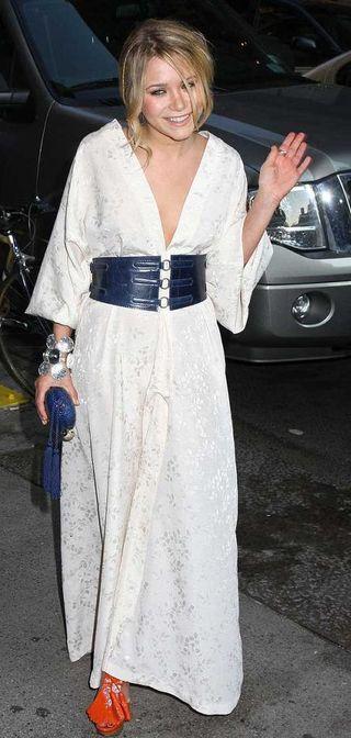 Mary-kate-olsen-white-dress-wackness-screening-picture-2.0.0.0x0.434x912[1]